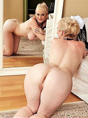 mature wife ass posing stripped