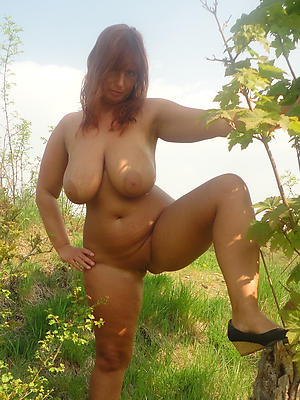 grown up milf big pair posing nude