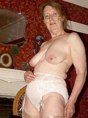 saggy tit women posing nude