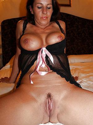 brunette matured milf posing nude