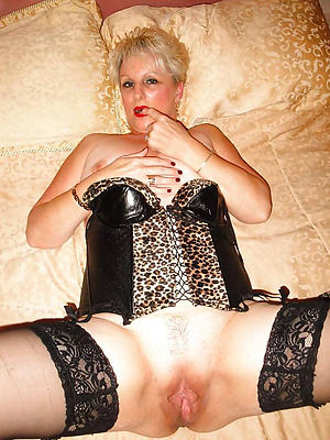 sexy mature show one's age cold photo