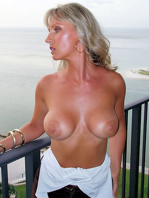 free mature pussy posing nude