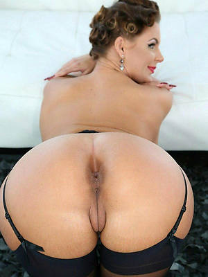 big grown up booty posing nude