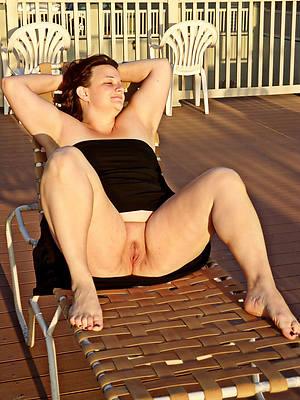 mature women legs posing nude