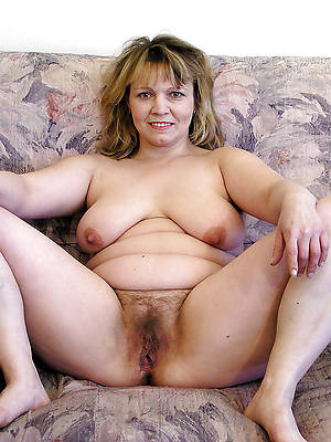 natural nude ladies shows pussy