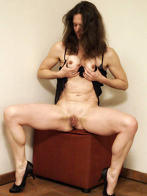 mature hot mom shows pussy