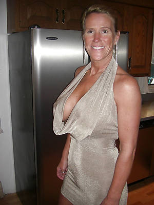 mature X ladies displaying her pussy