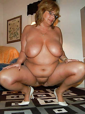 mature ladies in heels displaying her pussy