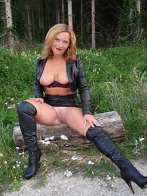 sexy full-grown desolate displaying her pussy