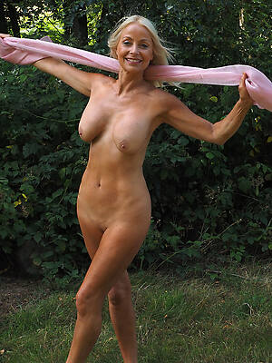 free hd mature nude outdoors pics